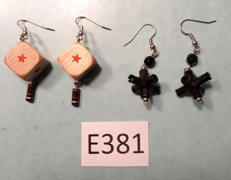 SET OF TWO EARRINGS